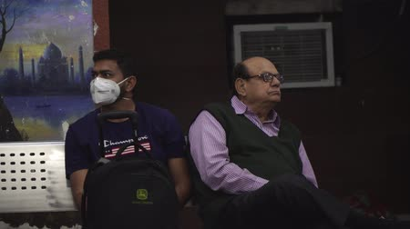 epidemia : Agra, India, - March 2020. A man in a medical mask at the station. Coronovirus, an epidemic.