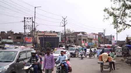население : Agra, India, - March 2020. Road in the Indian city, the buzz of cars and transport, busy traffic. Стоковые видеозаписи