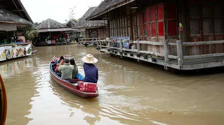 rowboat : PATTAYA, THAILAND - 10 NOV, 2018 : Pattaya Floating Market four regions, Its have traditional commercial boats for shopping  food and souvenirs in the market at Pattaya Province, Thailand. Stock Footage