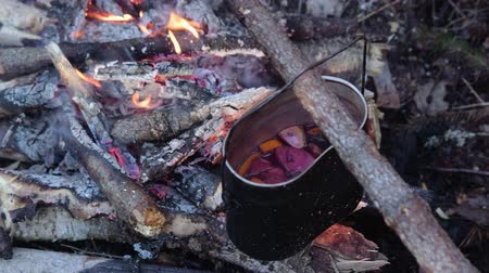 kardámom : Mulled wine in a pot over a campfire hike.