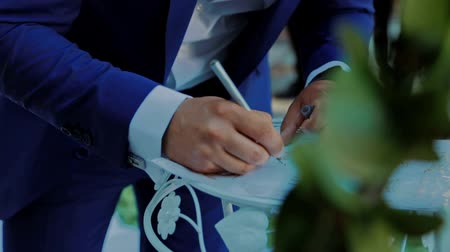 assinatura : Husband puts his signature on the wedding ceremony