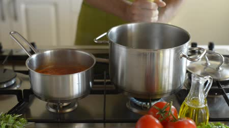 molho de tomate : Close up man cooking spaghetti and tomato sauce in the kitchen close up