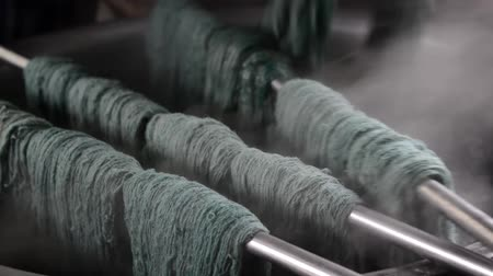 wełna : Wool dyeing in a carpet factory, Nepal