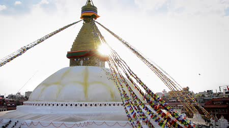 modlitba : KATHMANDU, NEPAL - CIRCA MARCH 2015: Boudhanath stupa is backlit by the late afternoon sun. Boudhanath is one of the largest stupa in the world and is a UNESCO World Heritage Site. Dostupné videozáznamy
