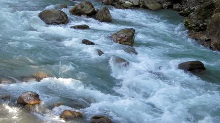 Torrent in Nepal, pristine environment Stok Video