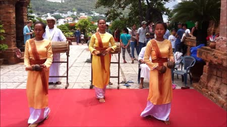 vietnamec : Nha Trang, Vietnam - July 11, 2015: Local folk dance show at Ponagar towers Dostupné videozáznamy
