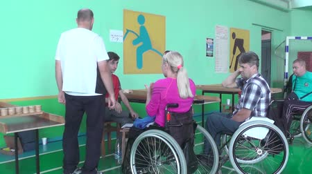deficientes : People with disabilities go in for sports