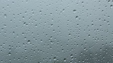 chuva : Close up of a window with rain drops falling down