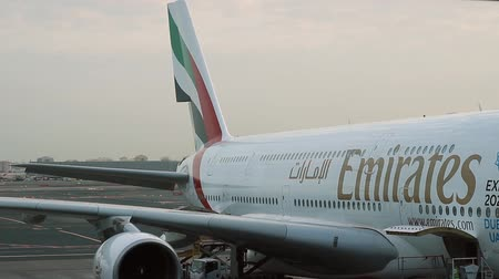 взятие : The aircraft is Emirates. The view from the window of the airport building Стоковые видеозаписи