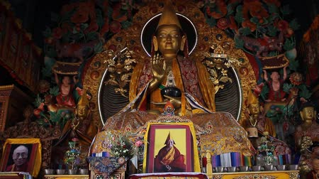 szerzetes : The image of Buddha inside the Kopan monastery. Slide shift