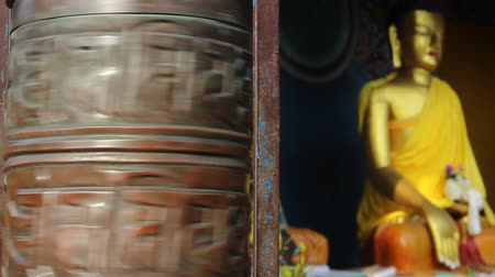 modlitba : Mans arm begins to rotate the prayer wheel Dostupné videozáznamy