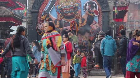bohyně : People at the durbar square in front of the statue of Kala Bhairava