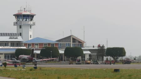 vnitrozemí : Taxiing plane on the background of the airport building Dostupné videozáznamy