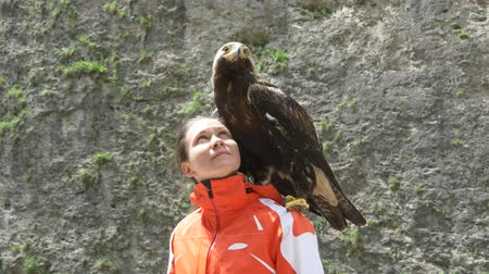 orgulho : Eagle on the shoulder of the girl