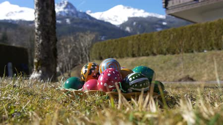 koszyk wielkanocny : Easter eggs in front of white mountain peaks Wideo