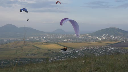 szybowiec : Paragliders on the background of the city Wideo