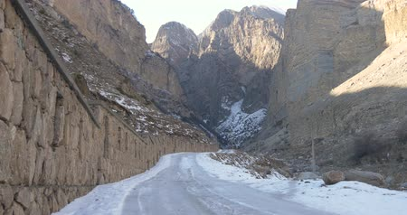 taş duvar : Wall monument and ice road leading to the rocks