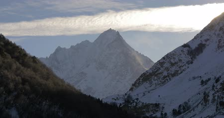 rüzgârla oluşan kar yığını : High cirrus clouds in the high mountains Stok Video