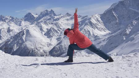 размышлять : Yoga in the snowy high mountains Стоковые видеозаписи