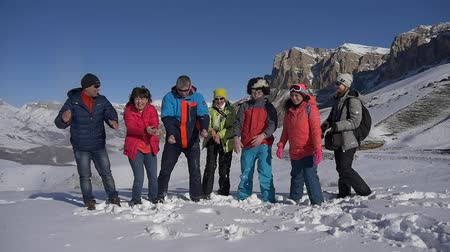 floco : Group of tourists throws snow on a mountain pass Stock Footage