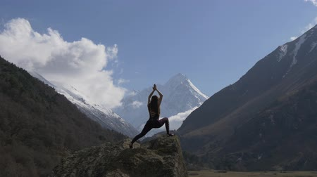 yoğunlaşma : Yoga pose in a mountain gorge in nature