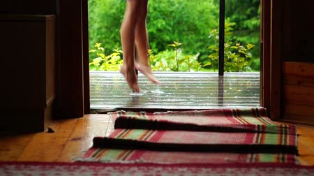 felpudo : Girl dancing barefoot on wet porch