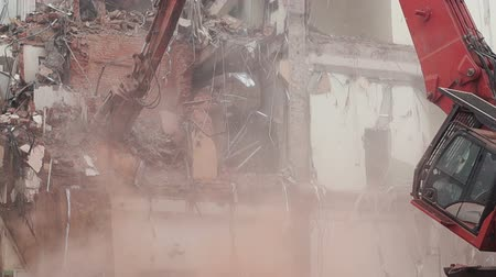 azbest : House demolition with hydraulic crasher Wideo