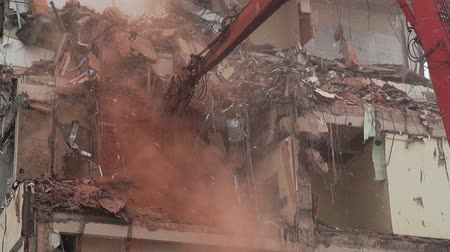 azbest : Special equipment demolishes house