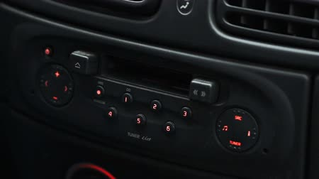 gravador : Male hand inserting a music cassette in old car tape player Stock Footage