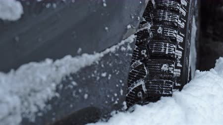 tread : Car cannot get out from the big snowdrift
