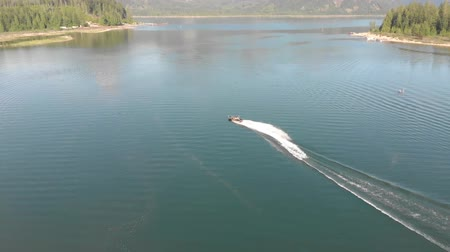 ingiliz columbia : Aerial of speed boat on the lake Stok Video