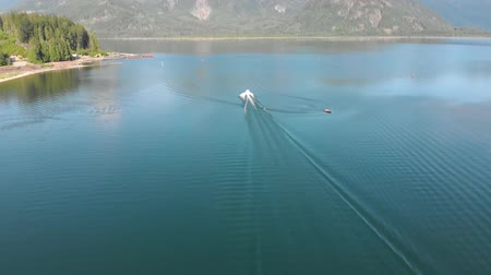 ingiliz columbia : Aerial tracking of speed boat on lake