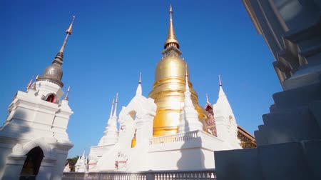 древний : Wat Suan Dok Famous temple in Chiang Mai Thailand with golden pagoda