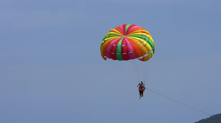 padák : The tourist Flying on a parachute at patong beach
