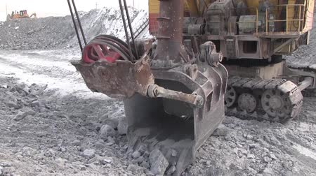carvão gigante : Multitone technique for working in a career. The excavator does not work due to a breakdown.