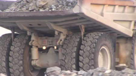 carvão gigante : The dump truck is going in reverse. A dump truck with a full body of stones.