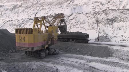 carvão gigante : Modern technology for working in mining quarries. A dump truck loaded with stones.