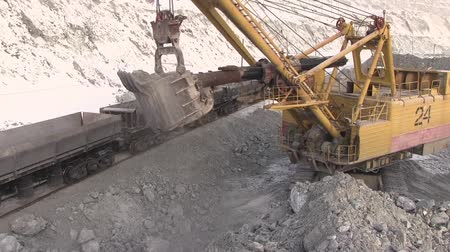 carvão gigante : The excavator loads the stones into the cars. Loading ore in the railway cars in the quarry.