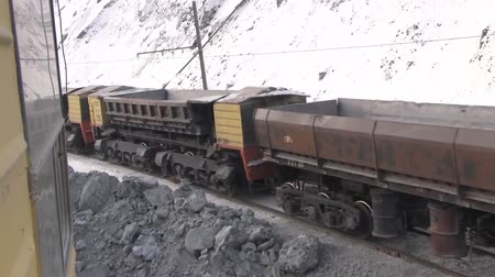 carvão gigante : The train passes through the quarry. View from the window of the excavator on the empty cars of the electric train. Stock Footage