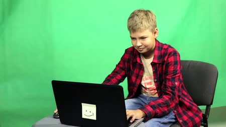 technics : Young boy blogger records video on a green background Stock Footage