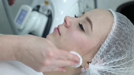целлюлит : Removing wrinkles on the face and neck with massage. Стоковые видеозаписи