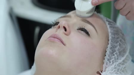 манипуляция : Removing wrinkles on the face and neck with massage. Стоковые видеозаписи