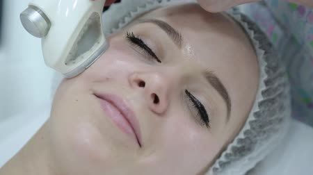 Removing wrinkles on the face and neck with massage. Stok Video