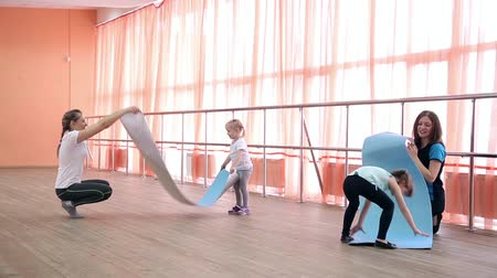 Mom and children are playing in the gym. Stok Video