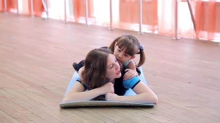 Mom and daughter are resting in the gym. Stok Video