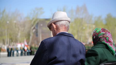 церемония : A war veteran looks at the military parade.