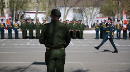 komutan : A soldier takes the oath before the army. Stok Video