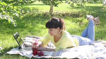 oturur : Girl freelancer works in the open air. Stok Video