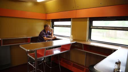 ekspres : A man is riding in a train restaurant. Stok Video