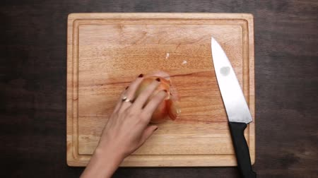 ingredienti : The Onion Slices On The Chopping Board.